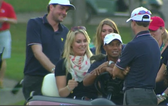 2013年 プレジデンツカップ 2日目 タイガー・ウッズ タイガーの肩にリスを乗せたのは恋人のリンゼイ・ボンだった。(PGATOUR.COMより)