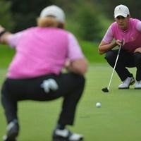 49歳のヒメネス(背中)と協力してラインを読む20歳のマナッセロ。ゴルフの団体戦ならではの光景(Stuart Franklin/Getty Images) 2013年 セベトロフィ― by GOLF+  3日目 マッテオ・マナッセロ ミゲル・アンヘル・ヒメネス