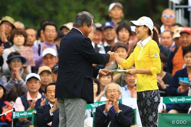 2013年 日本女子オープンゴルフ選手権競技 最終日 豊永志帆 スタート前、昨日のホールインワンを表彰され、賞金30万円ゲットです。