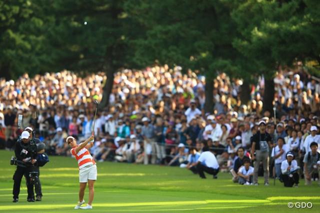 2013年 日本女子オープンゴルフ選手権競技 最終日 宮里美香 18番3rdショット。それにしても凄いギャラリーです。まるでアメリカのメジャートーナメントのような写真です。