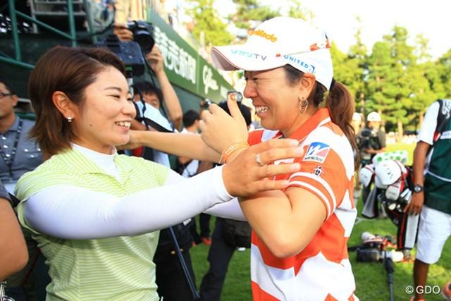2013年 日本女子オープンゴルフ選手権競技 最終日 比嘉真美子 宮里美香 グリーンサイドに待ち受けていた妹分の比嘉真美子を見つけて、美香ちゃん号泣です。