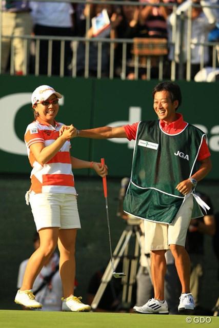 2013年 日本女子オープンゴルフ選手権競技 最終日 宮里美香&加藤大幸キャディ 宮里藍と加藤大幸キャディが結成3試合目で掴んだメジャー制覇。名コンビの誕生か?