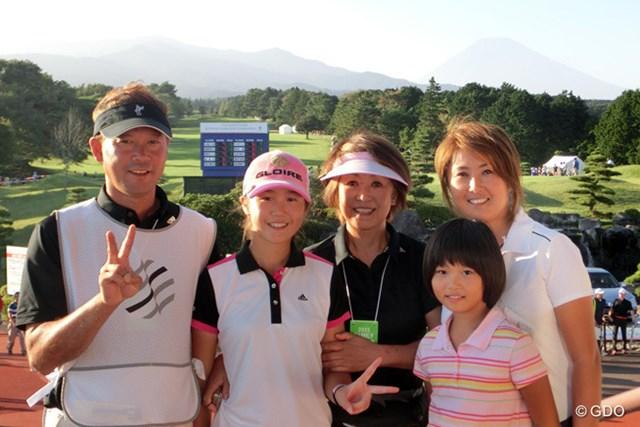 中学3年の澤田知佳(左から2番目)は父(左)と二人三脚で初のプロトーナメントを戦った