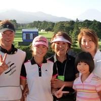 中学3年の澤田知佳(左から2番目)は父(左)と二人三脚で初のプロトーナメントを戦った 2013年 スタンレーレディスゴルフトーナメント 2日目 澤田知佳