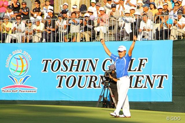 18番もバーディ締め。藤本はバンザイで貫録の勝ちっぷりを喜んだ。