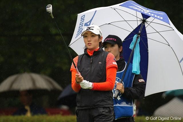 初日のようなゴルフは出来なかったが首位をキープする飯島茜