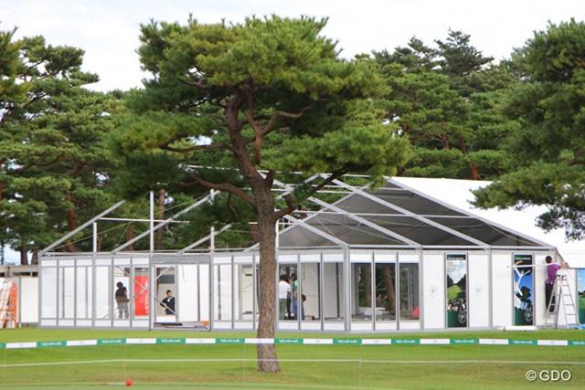2013年 日本オープンゴルフ選手権競技 事前  巨大テント グッズ販売会場となる巨大テントは開幕前日に再設営
