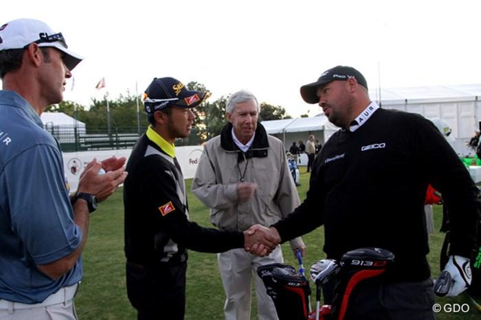 同組で回る予定だったブレンドン・デ・ヨングに挨拶をする松山英樹 2014年 シュライナーズホスピタルforチルドレンオープン 初日 松山英樹