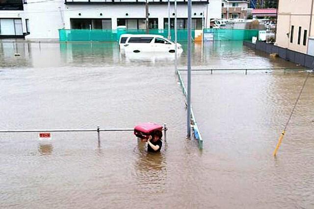 奧に水没しているのが酒井家のアルファード。姉の美香さんが水に浸かりながら荷物をホテルへ(写真提供:酒井美紀)