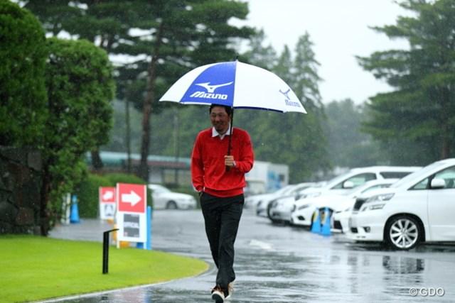 2013年 日本オープンゴルフ選手権競技 4日目 小林正則 雨の中でも普段通りにコース入りした小林正則