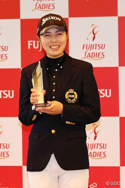 2013年 富士通レディース 最終日 高橋恵 ローアマのトロフィを笑顔で受け取った高橋恵だが、無念な結果に終わった