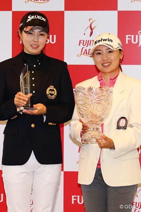 優勝者とローアマチュアのツーショット 2013年 富士通レディース 最終日 高橋恵 イ・ナリ