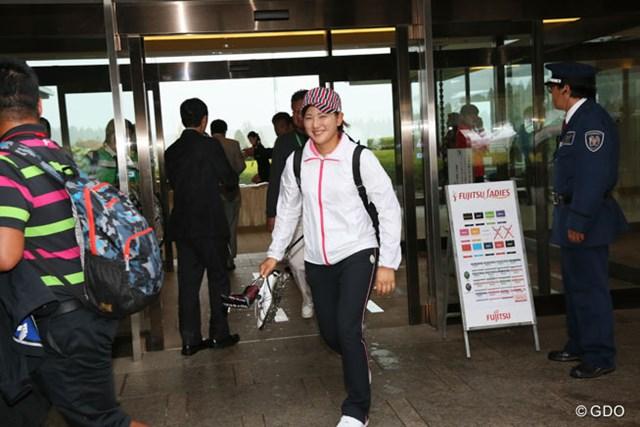 2013年 富士通レディース 最終日 成田美寿々 ディフェンディングチャンピオンも笑顔でコースを後に
