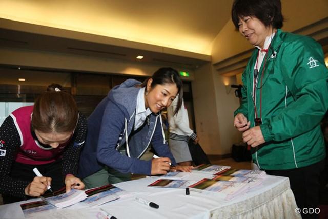 2013年 富士通レディース 最終日 藤本麻子 ホステスプロもギャラリーに配るパンフレットにサイン