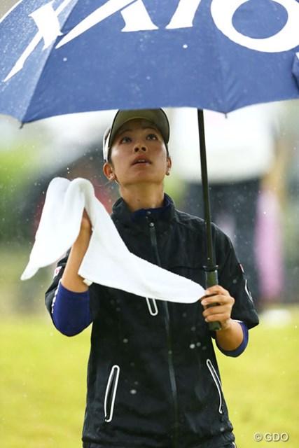 2013年 富士通レディース 最終日 森田理香子 タオルを傘に掛けようとしてるのかな