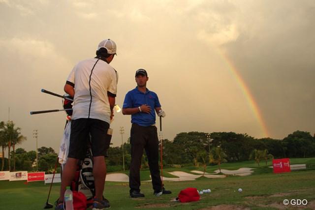 プロアマ戦終了後も球を打ち続けた松山英樹。雨雲と共に虹も見えた