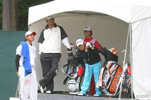 2013年 ブリヂストンオープンゴルフトーナメント 初日 ハン・リー、上平栄道 大きいハン・リーと小さい上平栄道、仲良く雨宿り