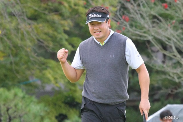2013年 ブリヂストンオープンゴルフトーナメント 2日目 丸山大輔 最終9番でバーディを奪い力強いガッツポーズの丸山大輔