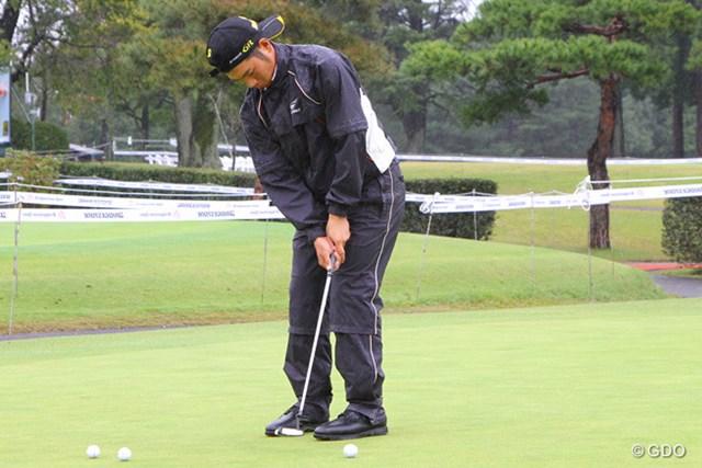 2013年 ブリヂストンオープン 3日目 嘉数光倫 降りしきる雨の中、傘もなくずぶ濡れで練習を行う嘉数光倫