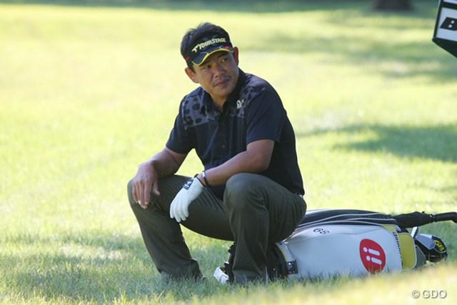 2013年 ブリヂストンオープンゴルフトーナメント 最終日 平塚哲二 同組のイ・サンヒがロストボールで打ち直し。しばし休憩する平塚哲二