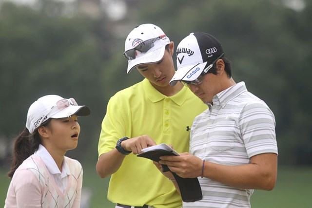 プロアマ中、熱心に石川の話を聞いていた中国ジュニアゴルファーたち
