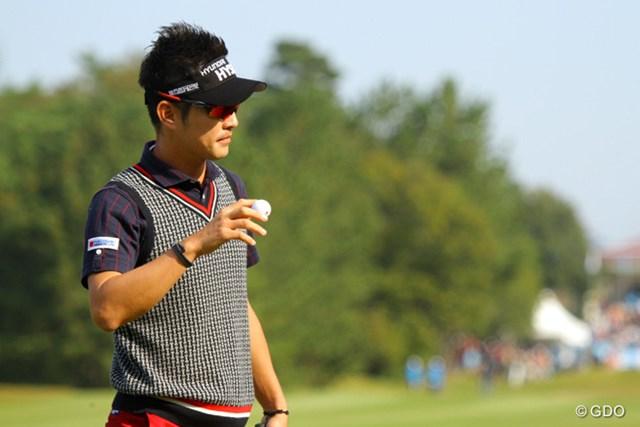 2013年 マイナビABCチャンピオンシップゴルフトーナメント 3日目 キム・ヒョンソン パーでもギャラリーの歓声に丁寧に応えるプレーヤーの一人。