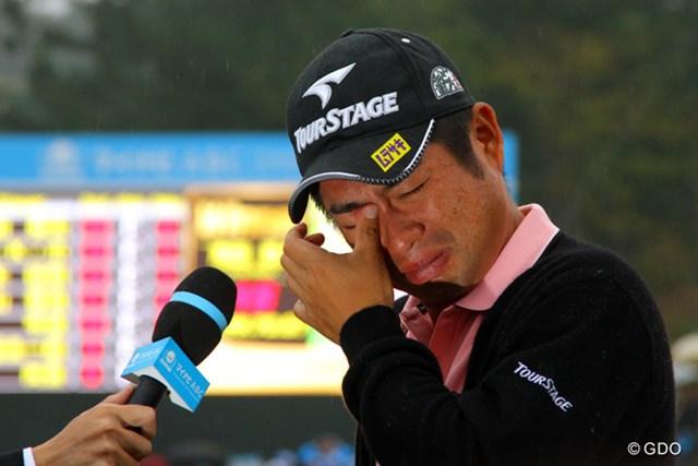 激闘を制した池田勇太は18番グリーンのインタビューで涙した。
