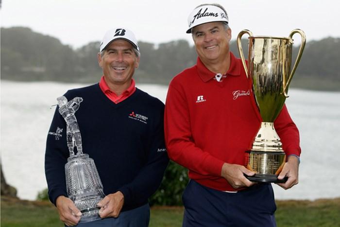 カプルス(左)が最終戦で待望の今季初勝利。ペリーが初の年間王者戴冠を決めた(Ezra Shaw /Getty Images) 2013年 チャールズ・シュワブ・カップ選手権 最終日 フレッド・カプルス(左)&ケニー・ペリー