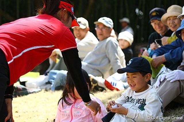 9番でダボを叩いた藤田幸希だが、すぐ近くにいた子供に笑顔でボールをプレゼント