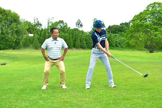 ゴルフクラブの取扱説明書 Vol.7 シャフトをうまく使って飛ばす方法 4P 肩を左右に回転してシャフトが横にしなる動きを体感してみよう