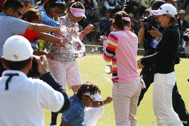 山口裕子 7年ぶりの勝利は格別!仲間から水をかけられ祝福される山口裕子