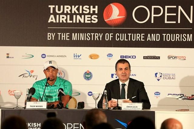 タイガー・ウッズと、トルコ文化観光局のオメール・セリク氏(Getty Images)