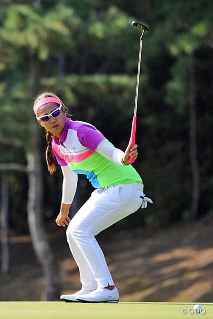 2013年 ミズノクラシック 初日 ジェニファー・ロサレス いっつも編み編みのパツ金ヘアーに原色系の派手な衣装を着てはる陽気な(たぶん)フィリピーナです。11位T