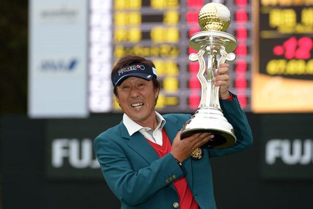 ツアーでは18年ぶり、シニアツアー初優勝を飾った奥田靖己(画像提供:日本プロゴルフ協会)