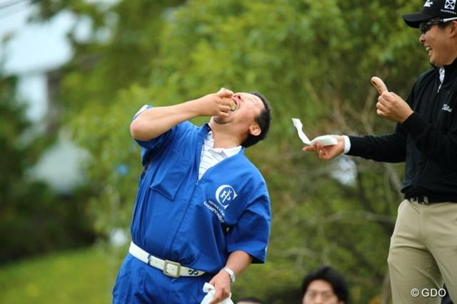 2013年 HEIWA・PGM CHAMPIONSHIP in 霞ヶ浦 3日目 小岸キャディ 丸飲みするつもり?