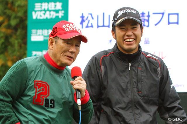 プロアマ戦中のチャリティオークションで笑顔を見せる北野武さんと松山英樹。