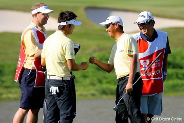 15番でバーディを奪い、笑顔がこぼれる日本チーム。良い雰囲気で後半戦を迎える