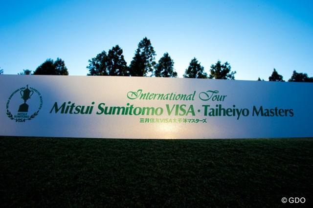 2013年 三井住友VISA太平洋マスターズ 3日目 看板 朝日に照らされいい感じだったので。