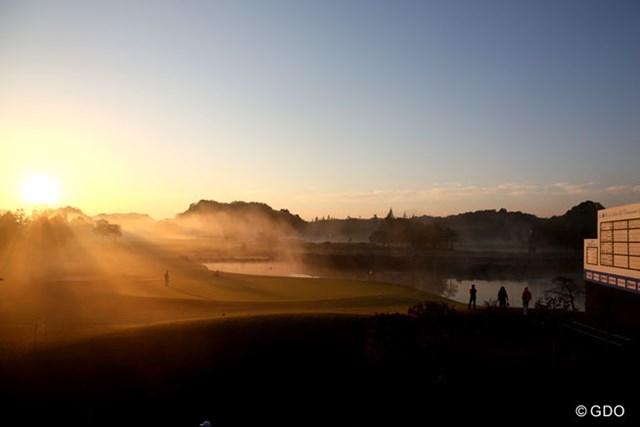 最終日は朝日とともに朝靄も出て、綺麗な18番