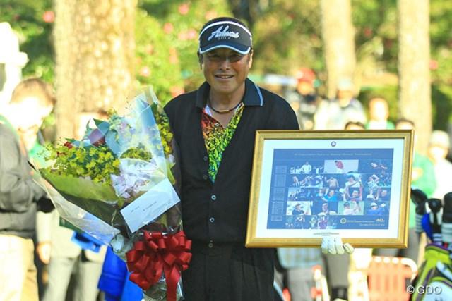40回記念大会の今年、スタート前に40回連続出場をしているジャンボさんに花束とパネルの贈呈式が行われました。