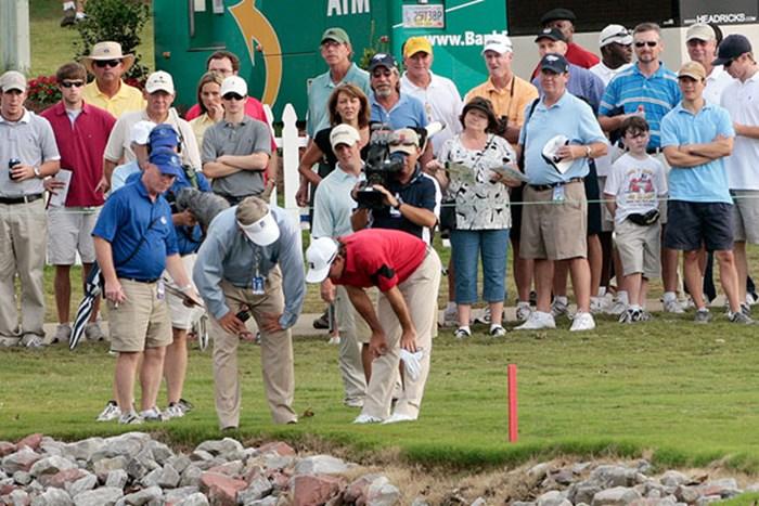 最終ホール、ハザード内で球の周りにあった葉っぱを動かしてしまい2打罰となったW.マッケンジー(Dave Martin/Getty Images) W.マッケンジー