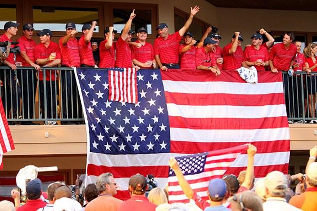 圧勝により9年ぶりの勝利を手にし、歓喜に沸く米国チーム