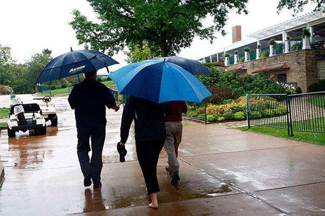 コース内に川が出来るほどの雨で初日は中止となった