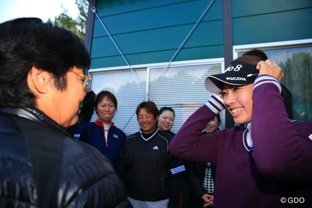 師事する岡本綾子も祝福。森田理香子が女王争いトップに立って最終戦を迎える