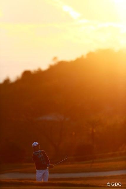 2013年 カシオワールドオープンゴルフトーナメント 初日 大堀裕次郎 太陽の沈むころ大堀君も最終ホール