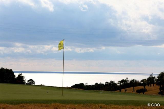 2013年 カシオワールドオープンゴルフトーナメント 初日 ピンフラッグ ピンフラッグと太平洋、今日は風もあり気温も低く寒い1日でした