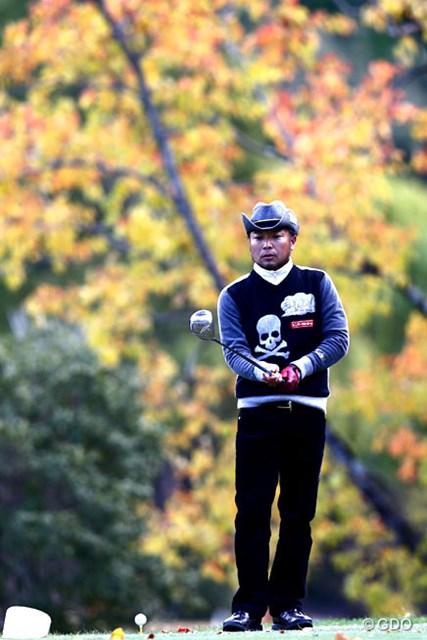 2013年 カシオワールドオープンゴルフトーナメント 初日 片山晋呉 カシオではこの季節お馴染みの5番紅葉をバックに選手を写真に、もう少し天気がよければ