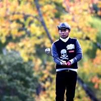 カシオではこの季節お馴染みの5番紅葉をバックに選手を写真に、もう少し天気がよければ 2013年 カシオワールドオープンゴルフトーナメント 初日 片山晋呉