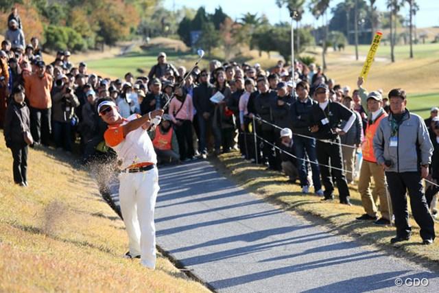 2013年 カシオワールドオープンゴルフトーナメント 3日目 松山英樹 17番ティショットを右に曲げボールはカート道路に、ドロップして2打目