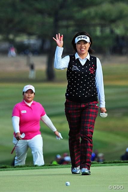 2013年 LPGAツアーチャンピオンシップリコーカップ 最終日 大山志保 アン・ソンジュ アンソンを従えるように、手を挙げてギャラリーに応えながら最終ホールに上がってくる姐さん。ボギーはご愛嬌でしたが、それでも66のビッグスコア~!
